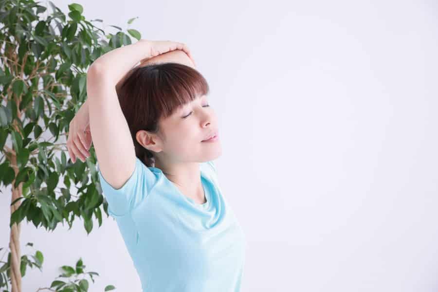 腕を引く動きやストレッチで広背筋を刺激しましょう