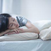 左右の胸の大きさが違うことと寝方には関係がある?