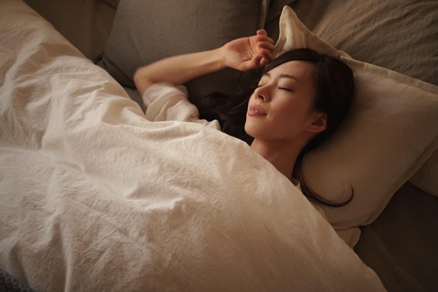 夜寝ている間に最も多く成長ホルモンが分泌されます