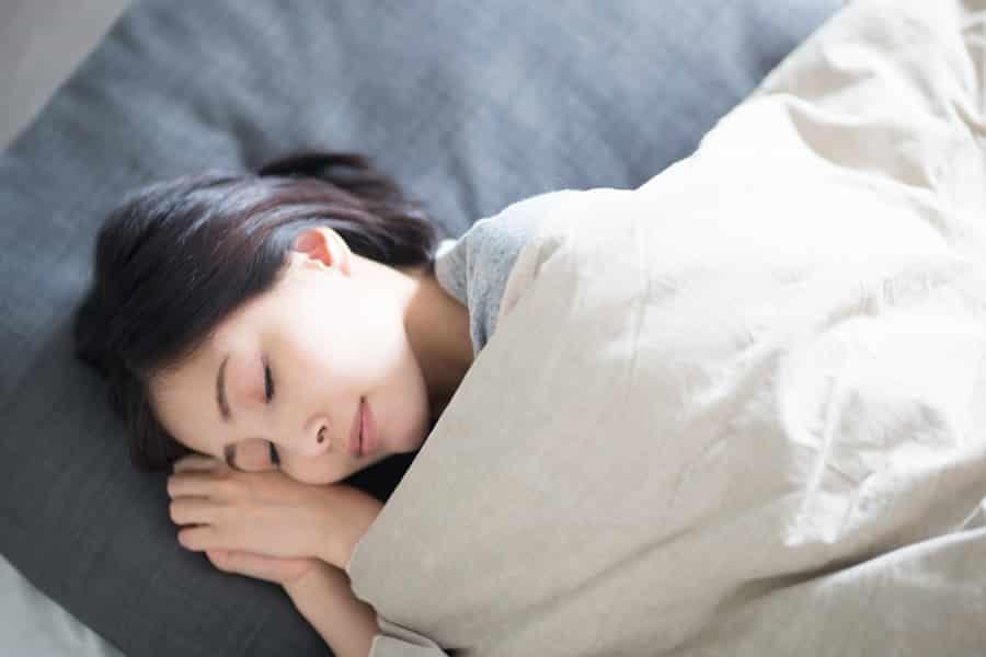 胸が垂れるのと寝ることは関係があるの?
