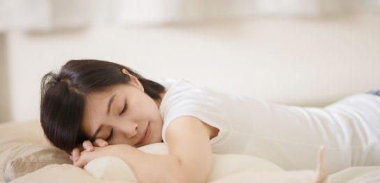 うつ伏せで眠ると胸を大きくする効果がある?