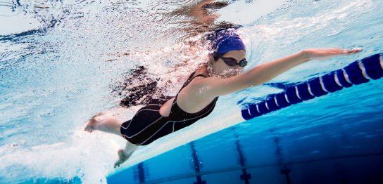 水泳で胸が垂れるのを予防できるって本当?