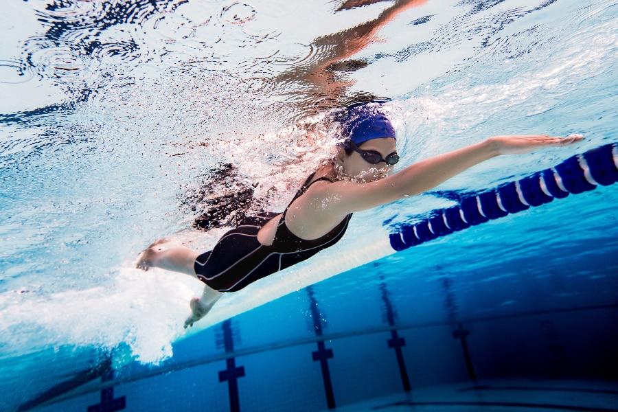 バストの下垂を防ぐには、運動や食事の改善、育乳マッサージなどが効果的です