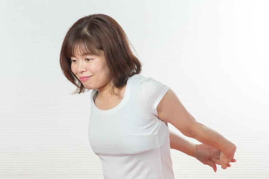肩甲骨まわりをほぐして姿勢改善