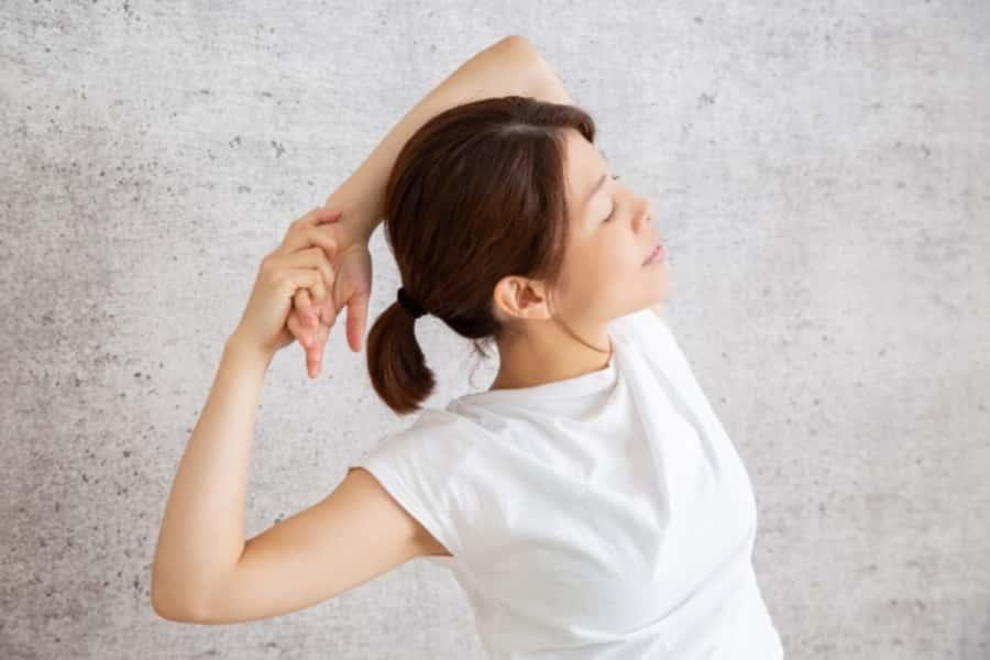 肩甲骨のストレッチと大胸筋トレーニングできれいな胸を作りましょう