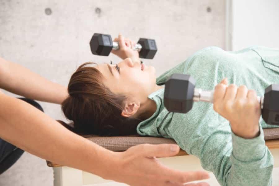 胸筋を鍛えることで垂れた胸がリフトアップすると言われています