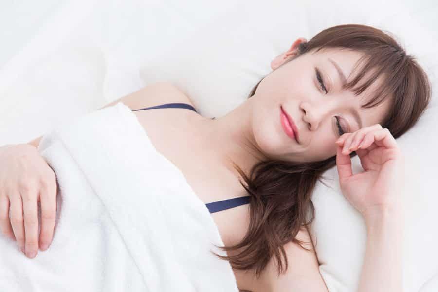 寝るときにブラジャーをすると胸を大きくできる?