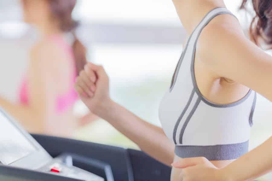 胸を揺らす激しい運動は下垂を招く