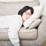 うつぶせ寝で胸が垂れる理由とは?