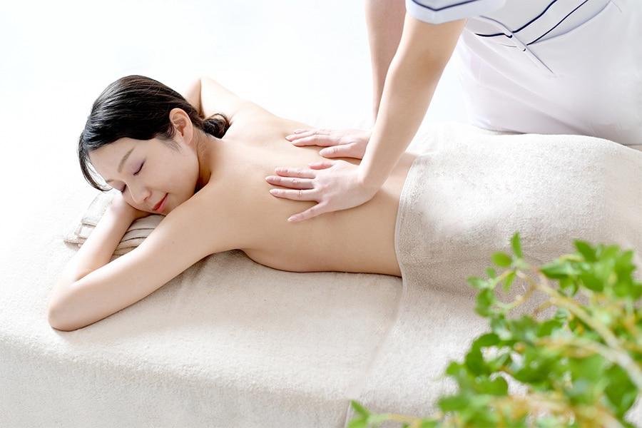 二の腕や背中の皮下脂肪をもみほぐしてきれいな胸に整えます